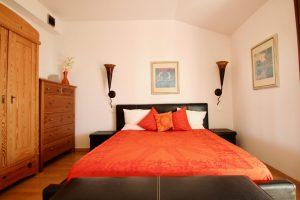 Das Haupt-Gäste-Schlafzimmer mit Zugang zur Terrasse